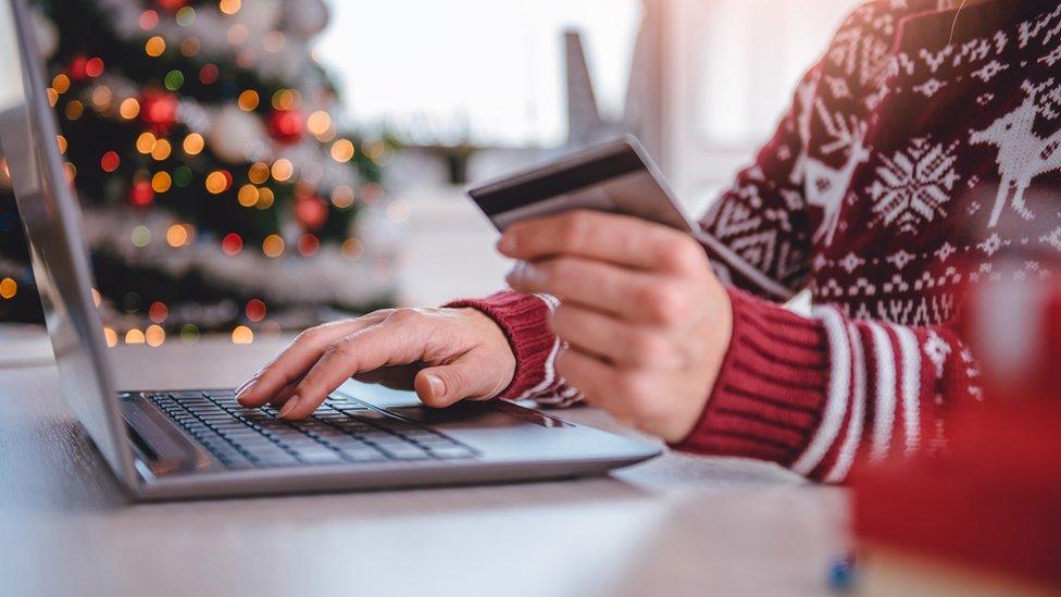 Ziemassvētku dāvanas pērk internetā un veikalos