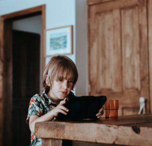 """Vecāki uzskata, ka bērni bezjēdzīgi """"sēž"""" internetā"""